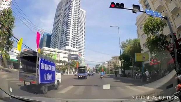 Phản cảm với đoàn xe tuyên truyền an toàn giao thông lại vượt đèn đỏ - Ảnh 1.