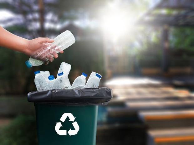 Chuyện gì sẽ xảy ra với một chai nhựa sau khi bị vứt vào thùng rác? Hóa ra vứt rác đúng chỗ thôi là chưa đủ - Ảnh 1.