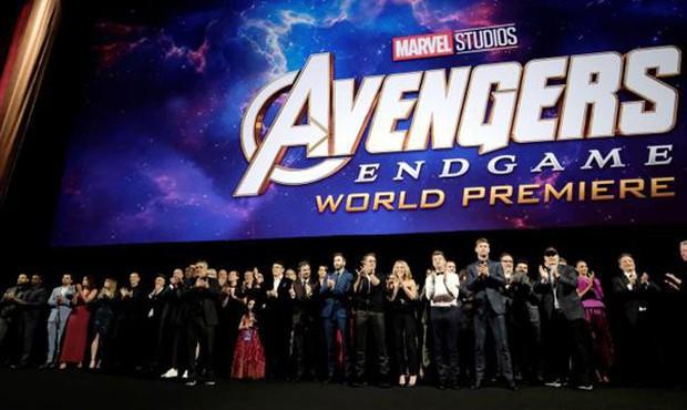Giả thuyết đáng ngờ về nhân vật bí ẩn xuất hiện bên cạnh Iron Man ở buổi công chiếu Endgame Mỹ - Ảnh 1.