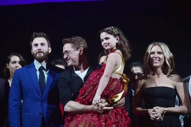 Giả thuyết đáng ngờ về nhân vật bí ẩn xuất hiện bên cạnh Iron Man ở buổi công chiếu Endgame Mỹ - Ảnh 2.