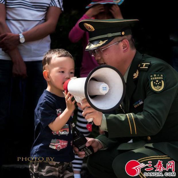 Khoảnh khắc ông bố đoàn tụ con trai sau khi hoàn thành nhiệm vụ gây xúc động mạnh: Hạnh phúc gia đình là đây chứ đâu - Ảnh 5.