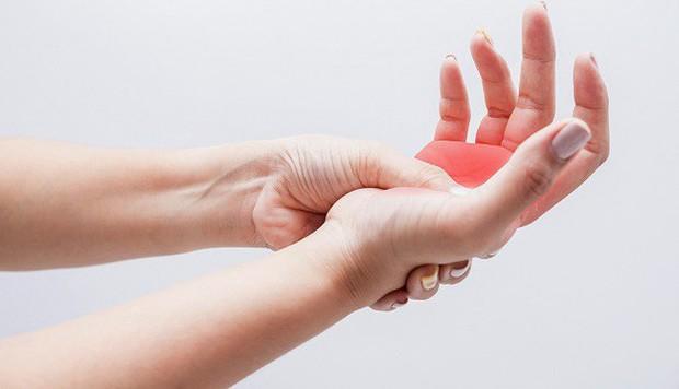 Chuyên gia chỉ cách kiểm tra sức khỏe thông qua những dấu hiệu bất thường ở bàn tay - Ảnh 2.