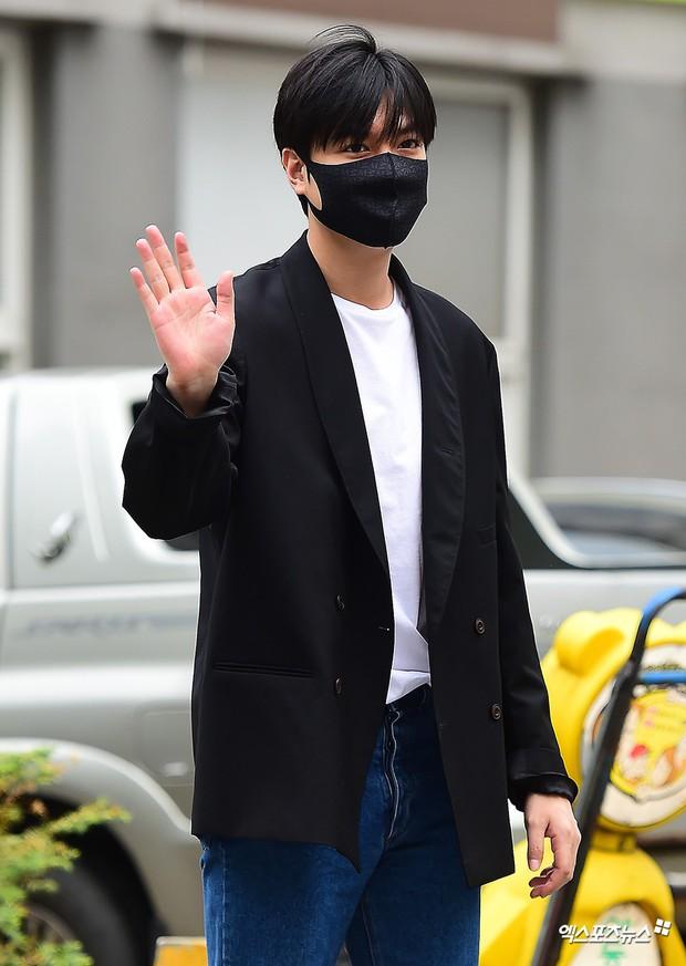 Tài tử Người thừa kế Lee Min Ho chính thức xuất ngũ: Điển trai như thường, fan quốc tế xếp hàng dài từ rạng sáng - Ảnh 1.
