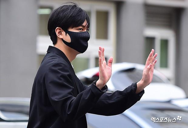 Tài tử Người thừa kế Lee Min Ho chính thức xuất ngũ: Điển trai như thường, fan quốc tế xếp hàng dài từ rạng sáng - Ảnh 6.