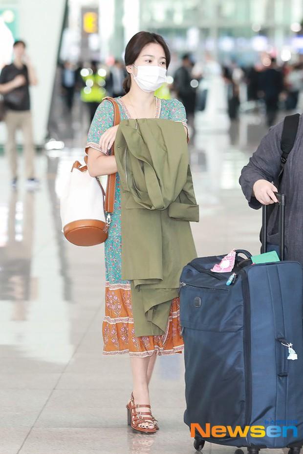 Báo Hàn đặt nghi vấn Song Hye Kyo không đeo nhẫn, nhưng vết bầm cùng hành động lấy áo che đi của cô mới gây chú ý - Ảnh 1.