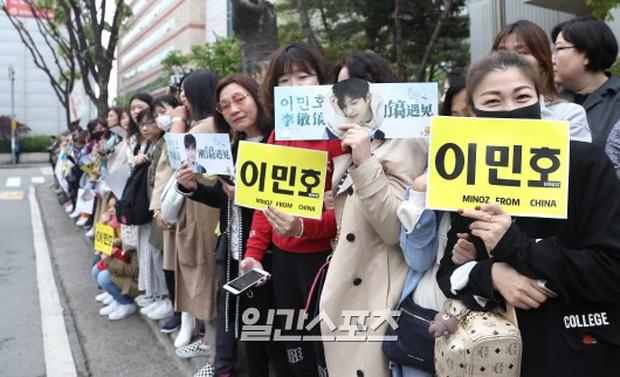 Tài tử Người thừa kế Lee Min Ho chính thức xuất ngũ: Điển trai như thường, fan quốc tế xếp hàng dài từ rạng sáng - Ảnh 7.