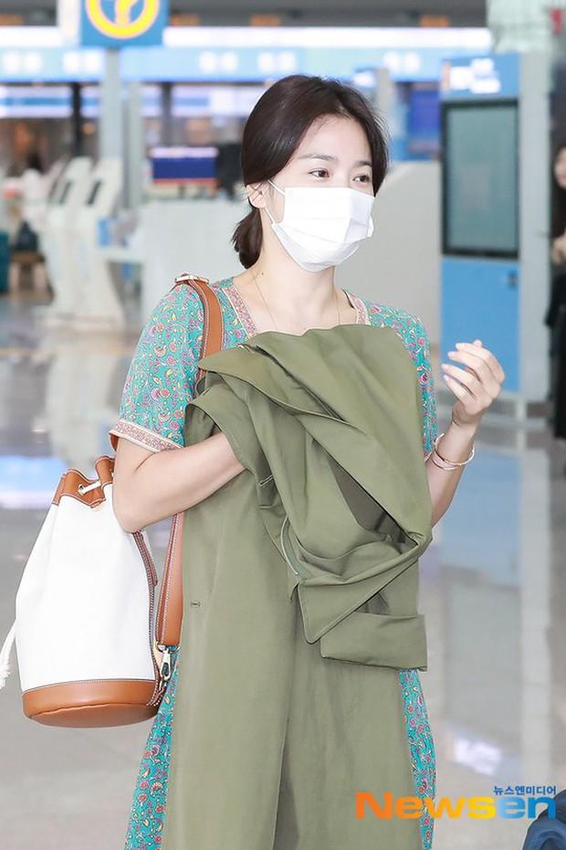 Báo Hàn đặt nghi vấn Song Hye Kyo không đeo nhẫn, nhưng vết bầm cùng hành động lấy áo che đi của cô mới gây chú ý - Ảnh 2.