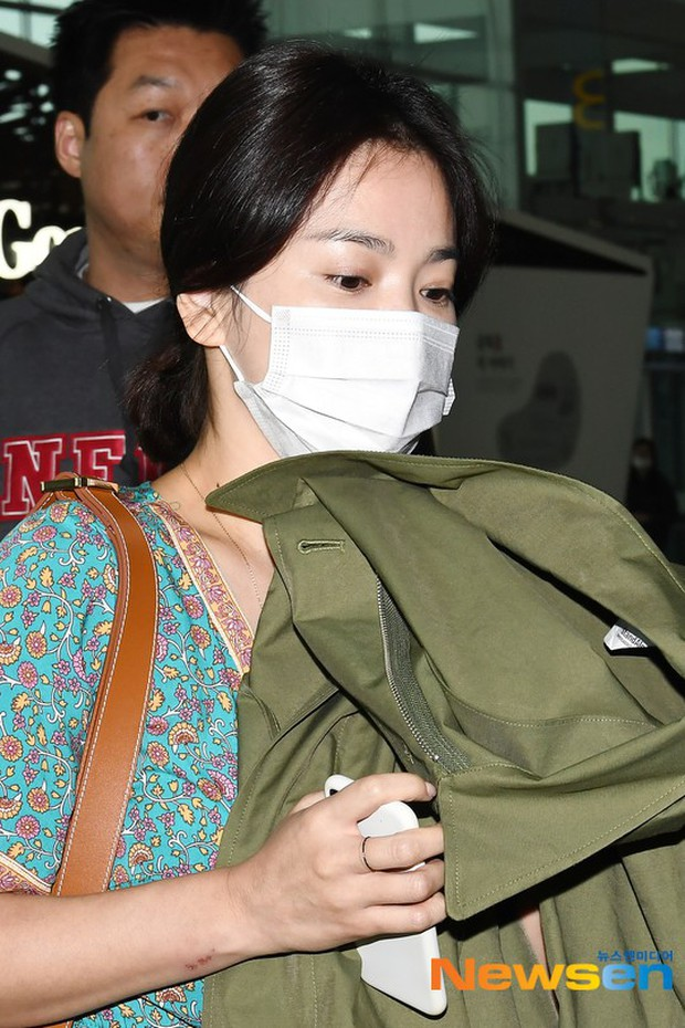 Báo Hàn đặt nghi vấn Song Hye Kyo không đeo nhẫn, nhưng vết bầm cùng hành động lấy áo che đi của cô mới gây chú ý - Ảnh 4.