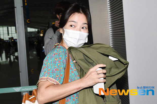 Báo Hàn đặt nghi vấn Song Hye Kyo không đeo nhẫn, nhưng vết bầm cùng hành động lấy áo che đi của cô mới gây chú ý - Ảnh 6.