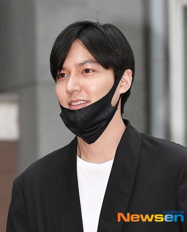 Xa showbiz đã lâu Lee Min Ho chẳng còn thiết tha chải chuốt đến mức mặt béo, gàu thì rơi lả tả xuống áo thế này? - Ảnh 1.