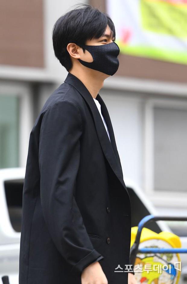 Tài tử Người thừa kế Lee Min Ho chính thức xuất ngũ: Điển trai như thường, fan quốc tế xếp hàng dài từ rạng sáng - Ảnh 5.