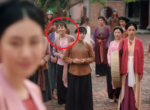 Bắt gặp 3 thuyết âm mưu trong MV Anh Ơi Ở Lại: Chi Pu chơi lớn mời Lisa (Black Pink) làm cameo? - Ảnh 2.