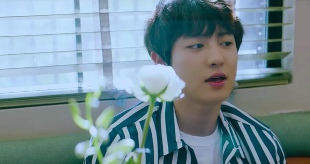 Bất ngờ với giọng hát của Chanyeol trong MV solo đầu tay ngập tràn nắng vàng, biển xanh, cát trắng - Ảnh 1.