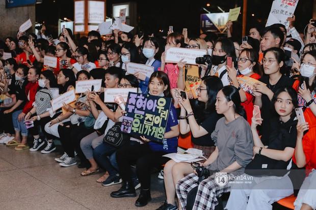Nữ thần Irene khoe nhan sắc đời thực cực phẩm, Red Velvet và Weki Meki vỡ òa trước biển fan tại sân bay Tân Sơn Nhất - Ảnh 19.