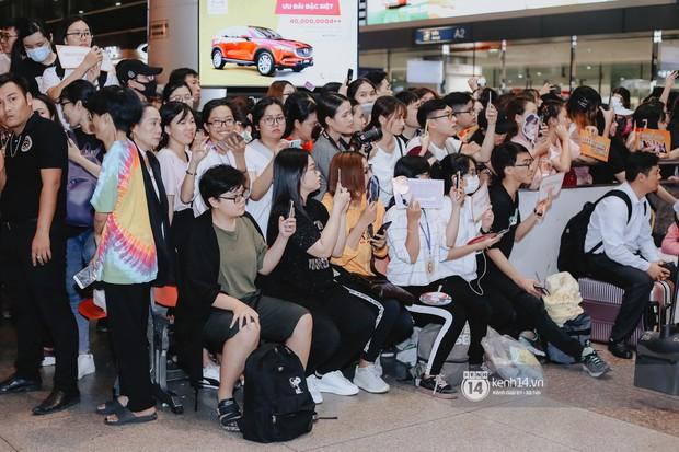 Nữ thần Irene khoe nhan sắc đời thực cực phẩm, Red Velvet và Weki Meki vỡ òa trước biển fan tại sân bay Tân Sơn Nhất - Ảnh 18.