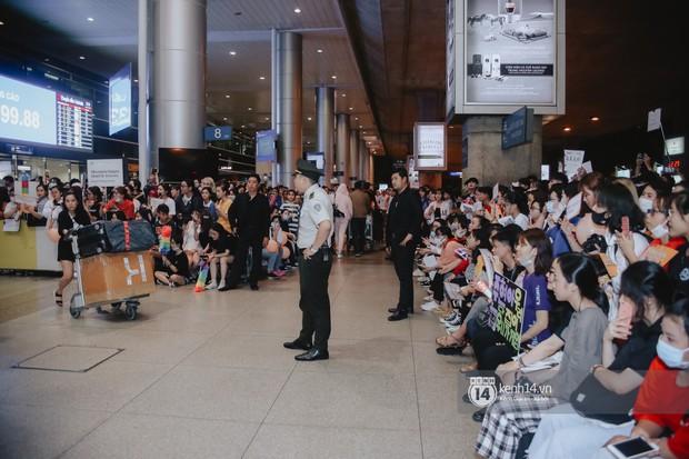 Nữ thần Irene khoe nhan sắc đời thực cực phẩm, Red Velvet và Weki Meki vỡ òa trước biển fan tại sân bay Tân Sơn Nhất - Ảnh 17.