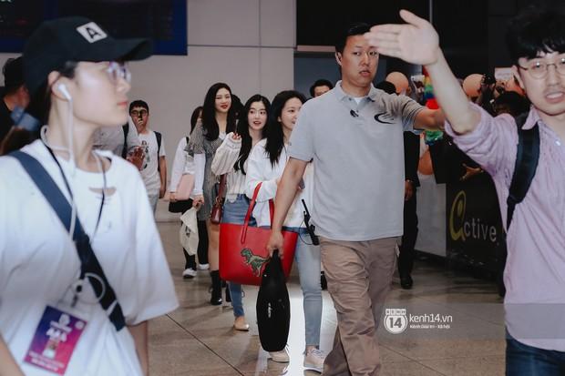 Nữ thần Irene khoe nhan sắc đời thực cực phẩm, Red Velvet và Weki Meki vỡ òa trước biển fan tại sân bay Tân Sơn Nhất - Ảnh 1.