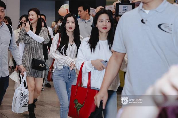 Nữ thần Irene khoe nhan sắc đời thực cực phẩm, Red Velvet và Weki Meki vỡ òa trước biển fan tại sân bay Tân Sơn Nhất - Ảnh 2.