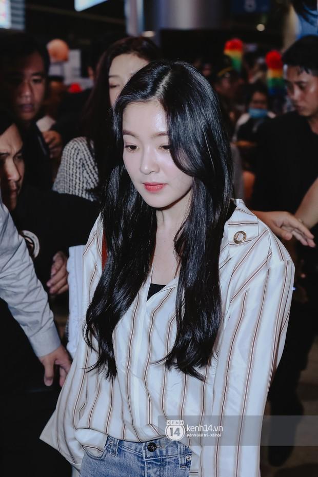 Nữ thần Irene khoe nhan sắc đời thực cực phẩm, Red Velvet và Weki Meki vỡ òa trước biển fan tại sân bay Tân Sơn Nhất - Ảnh 3.