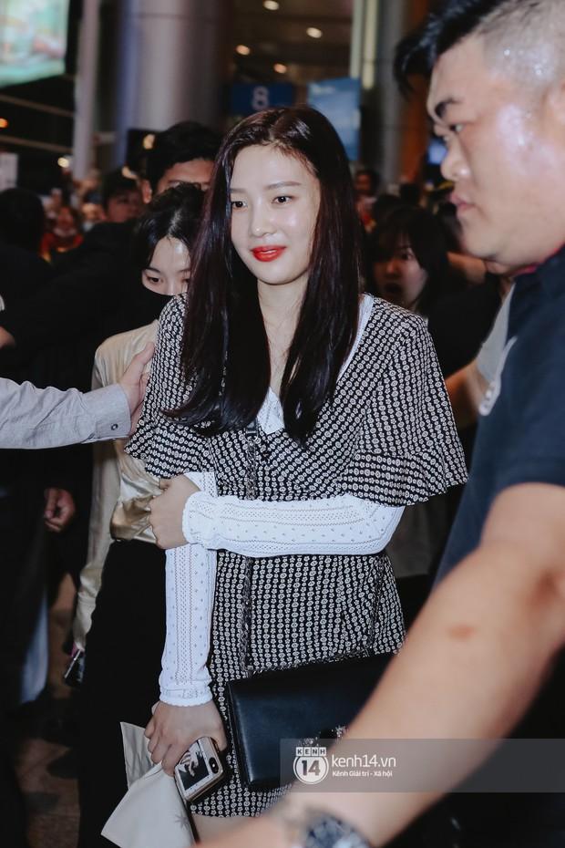 Nữ thần Irene khoe nhan sắc đời thực cực phẩm, Red Velvet và Weki Meki vỡ òa trước biển fan tại sân bay Tân Sơn Nhất - Ảnh 4.