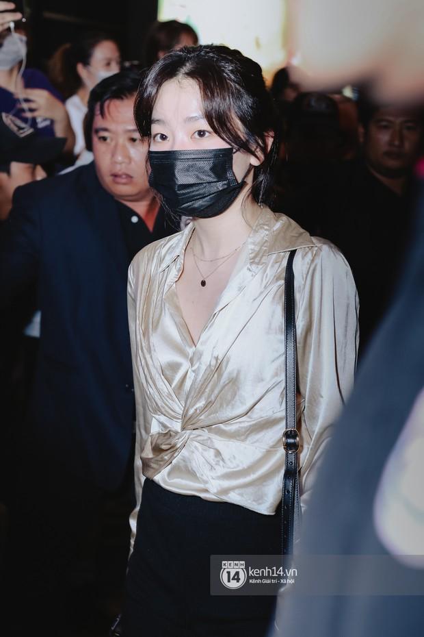 Nữ thần Irene khoe nhan sắc đời thực cực phẩm, Red Velvet và Weki Meki vỡ òa trước biển fan tại sân bay Tân Sơn Nhất - Ảnh 6.
