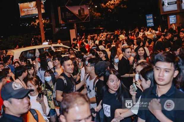 Nữ thần Irene khoe nhan sắc đời thực cực phẩm, Red Velvet và Weki Meki vỡ òa trước biển fan tại sân bay Tân Sơn Nhất - Ảnh 16.