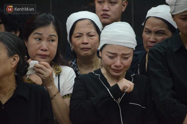 Con trai nữ công nhân môi trường khóc nức nở trong ngày tiễn đưa mẹ về nơi an nghỉ cuối cùng - Ảnh 13.