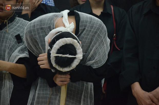 Con trai nữ công nhân môi trường khóc nức nở trong ngày tiễn đưa mẹ về nơi an nghỉ cuối cùng - Ảnh 15.