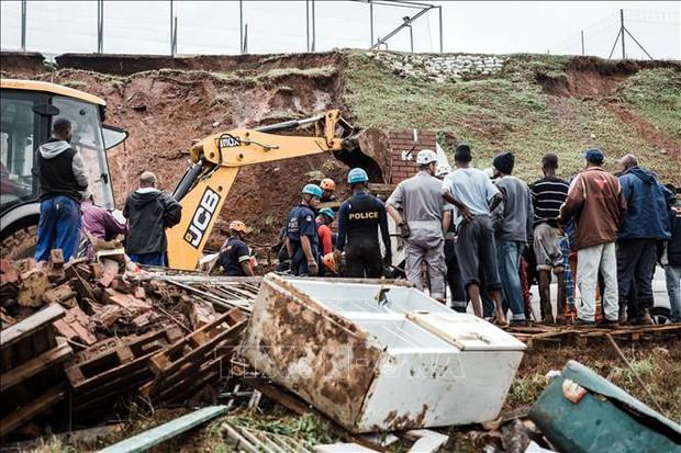 Ít nhất 60 người thiệt mạng do lũ lụt và lở đất tại Nam Phi - Ảnh 1.