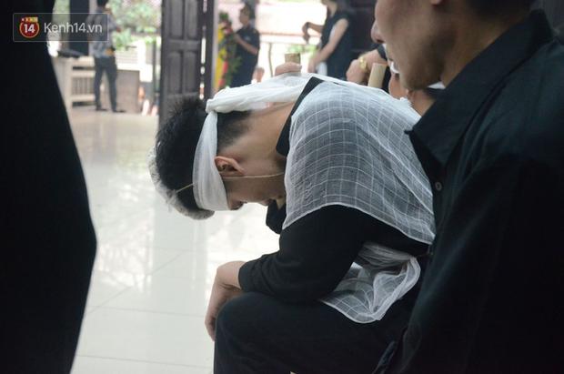 Con trai nữ công nhân môi trường khóc nức nở trong ngày tiễn đưa mẹ về nơi an nghỉ cuối cùng - Ảnh 12.