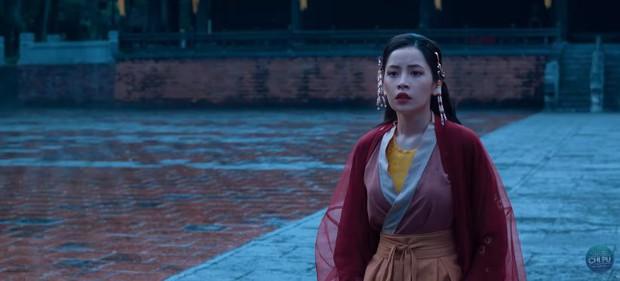 Bắt gặp 3 thuyết âm mưu trong MV Anh Ơi Ở Lại: Chi Pu chơi lớn mời Lisa (Black Pink) làm cameo? - Ảnh 19.