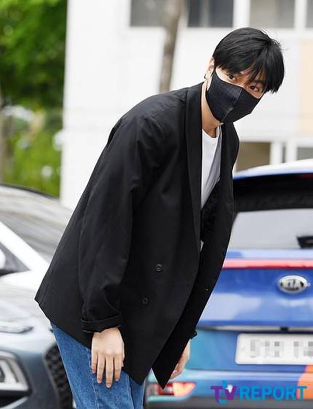 Tài tử Người thừa kế Lee Min Ho chính thức xuất ngũ: Điển trai như thường, fan quốc tế xếp hàng dài từ rạng sáng - Ảnh 4.