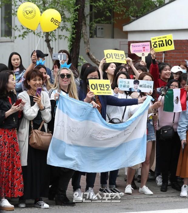 Tài tử Người thừa kế Lee Min Ho chính thức xuất ngũ: Điển trai như thường, fan quốc tế xếp hàng dài từ rạng sáng - Ảnh 8.