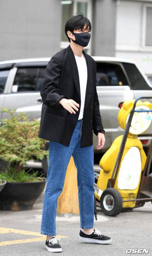 Tài tử Người thừa kế Lee Min Ho chính thức xuất ngũ: Điển trai như thường, fan quốc tế xếp hàng dài từ rạng sáng - Ảnh 2.