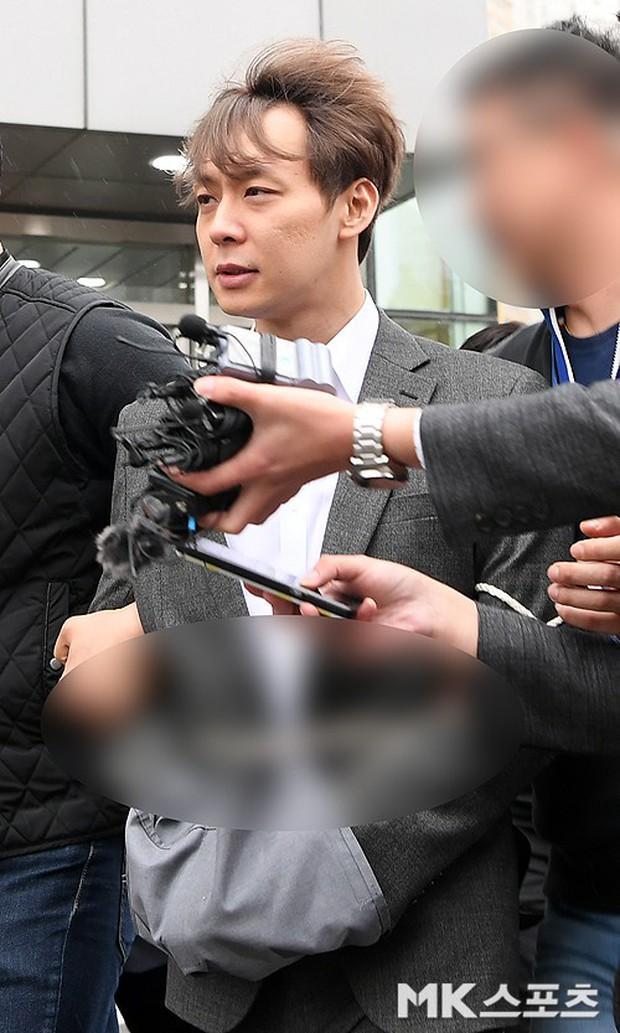 Yoochun chính thức bị bắt vì tội sử dụng ma túy: Khi đến tươi tỉnh khi về tiều tuỵ, tay bị còng và trói bằng dây thừng - Ảnh 12.