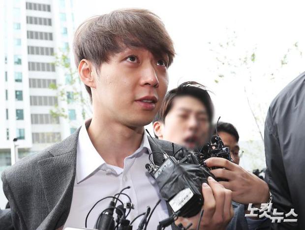 Yoochun chính thức bị bắt vì tội sử dụng ma túy: Khi đến tươi tỉnh khi về tiều tuỵ, tay bị còng và trói bằng dây thừng - Ảnh 3.