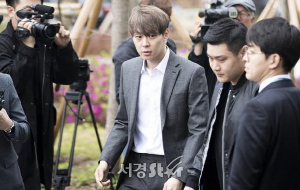 Yoochun chính thức bị bắt vì tội sử dụng ma túy: Khi đến tươi tỉnh khi về tiều tuỵ, tay bị còng và trói bằng dây thừng - Ảnh 1.