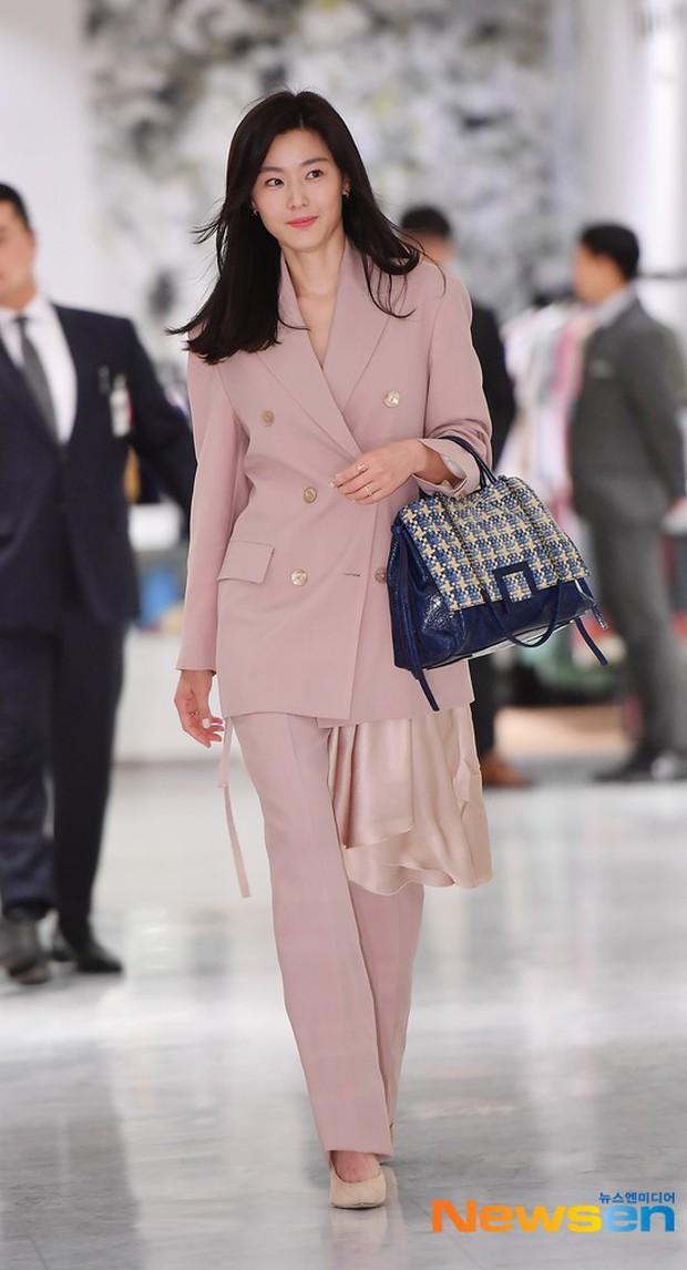 Mợ chảnh Jeon Ji Hyun gây náo loạn vì nhan sắc cực phẩm tại sự kiện, nhưng netizen lại chỉ chú ý đến chiếc nhẫn - Ảnh 1.