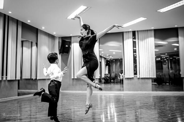 bé Kubi nhà Khánh Thi - Phan Hiển lần đầu diện trang phục dancesport, nhảy như vũ công chuyên nghiệp bên mẹ - Ảnh 2.