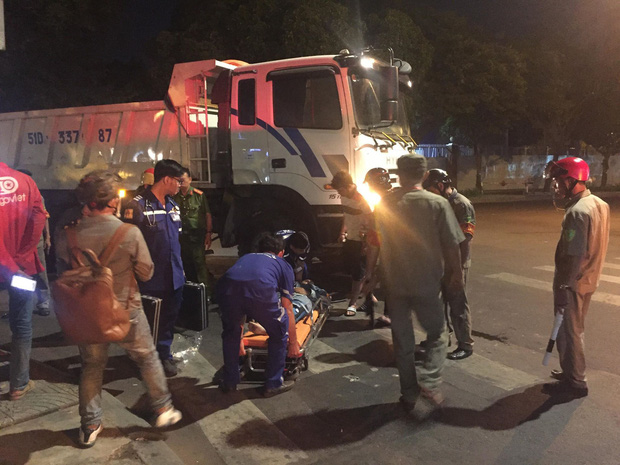 Hai nữ sinh thoát chết thần kì dưới bánh xe ben ở trung tâm Sài Gòn - Ảnh 2.