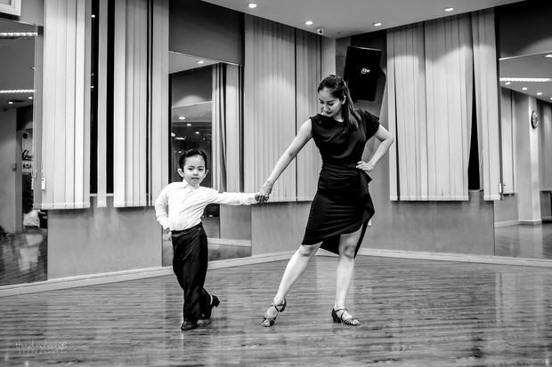 bé Kubi nhà Khánh Thi - Phan Hiển lần đầu diện trang phục dancesport, nhảy như vũ công chuyên nghiệp bên mẹ - Ảnh 1.