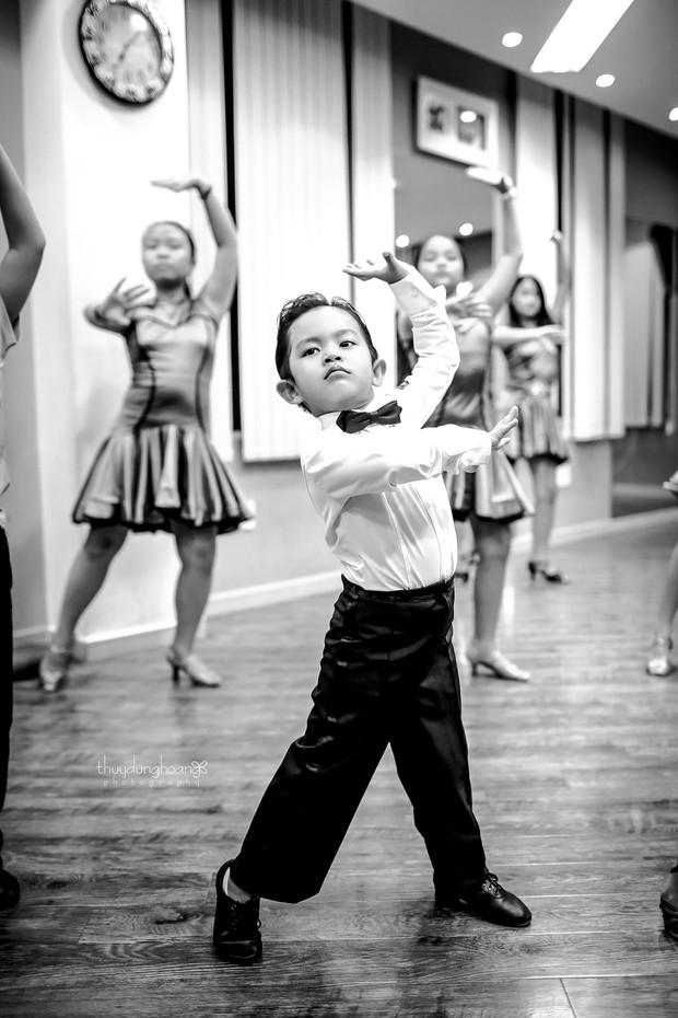 bé Kubi nhà Khánh Thi - Phan Hiển lần đầu diện trang phục dancesport, nhảy như vũ công chuyên nghiệp bên mẹ - Ảnh 5.