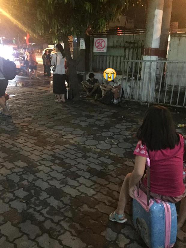 Xót xa hình ảnh 2 sinh viên ngồi vạ vật ở bến xe hàng tiếng đồng hồ không mua được vé về nghỉ lễ - Ảnh 1.