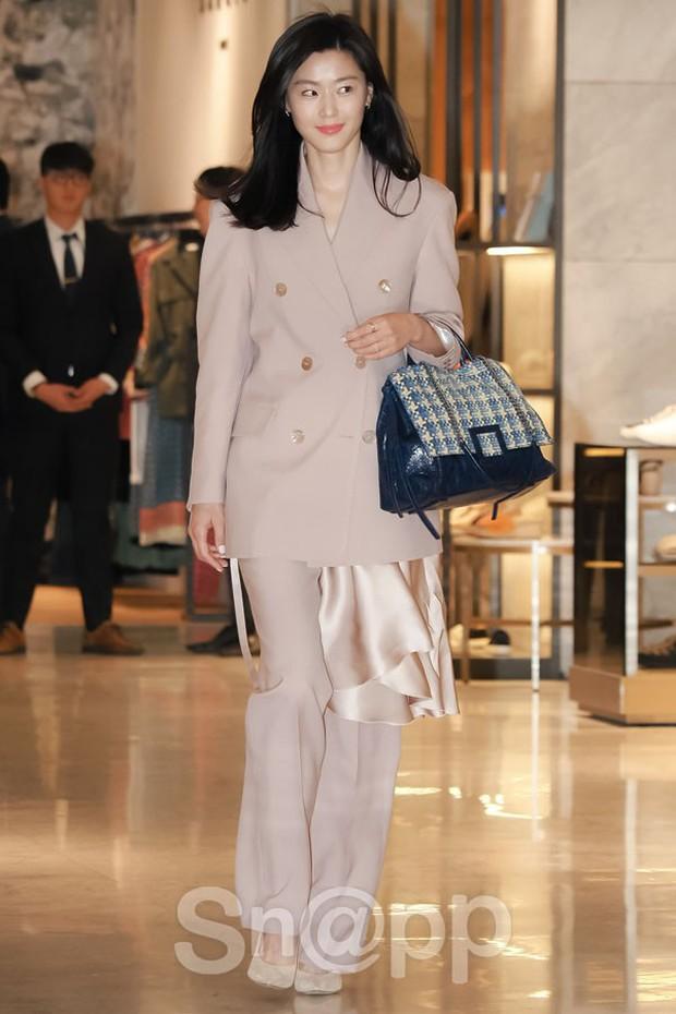 Mợ chảnh Jeon Ji Hyun gây náo loạn vì nhan sắc cực phẩm tại sự kiện, nhưng netizen lại chỉ chú ý đến chiếc nhẫn - Ảnh 3.