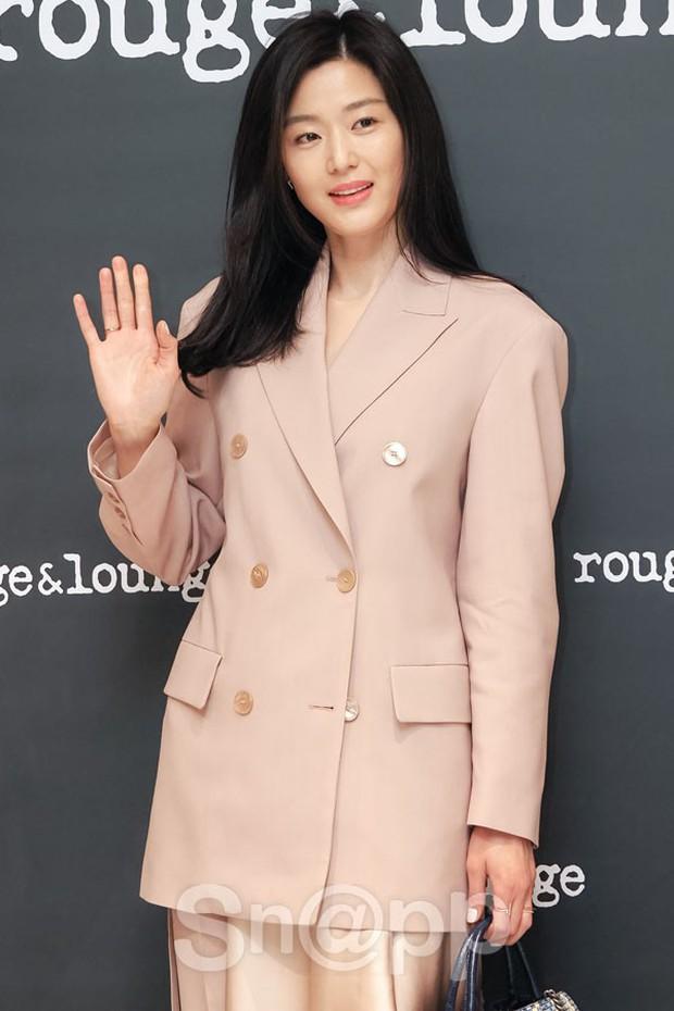 Mợ chảnh Jeon Ji Hyun gây náo loạn vì nhan sắc cực phẩm tại sự kiện, nhưng netizen lại chỉ chú ý đến chiếc nhẫn - Ảnh 6.