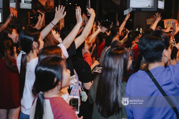 Nữ thần Irene khoe nhan sắc đời thực cực phẩm, Red Velvet và Weki Meki vỡ òa trước biển fan tại sân bay Tân Sơn Nhất - Ảnh 15.