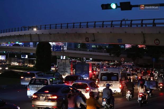 Chùm ảnh khó thở trước kỳ nghỉ lễ: Sân bay Tân Sơn Nhất ùn tắc từ ngoài vào trong - Ảnh 8.