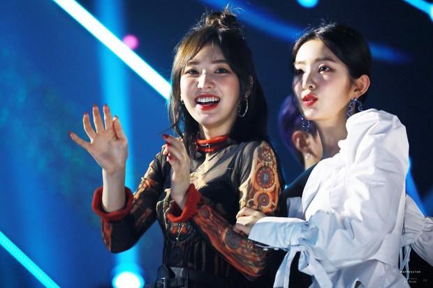 Chuyện lọ lem và hoàng tử đời thực gây bão tại lễ trao giải: V (BTS) nhặt được vật mỹ nhân Red Velvet làm rơi và cái kết - Ảnh 8.