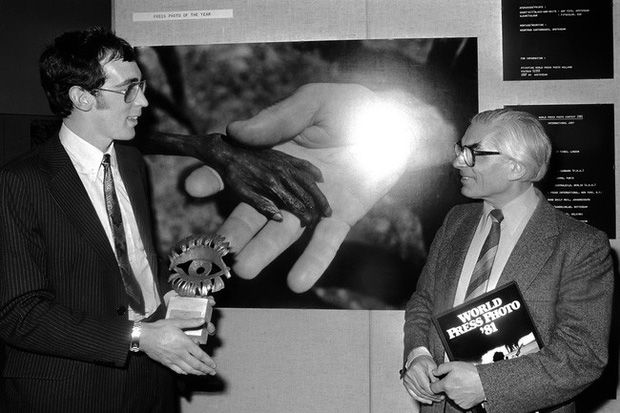 Bức ảnh nổi tiếng về đôi bàn tay nhỏ bé, còi cọc gây ám ảnh người xem và những năm tháng chìm trong xấu hổ, dằn vặt của phóng viên ảnh - Ảnh 2.
