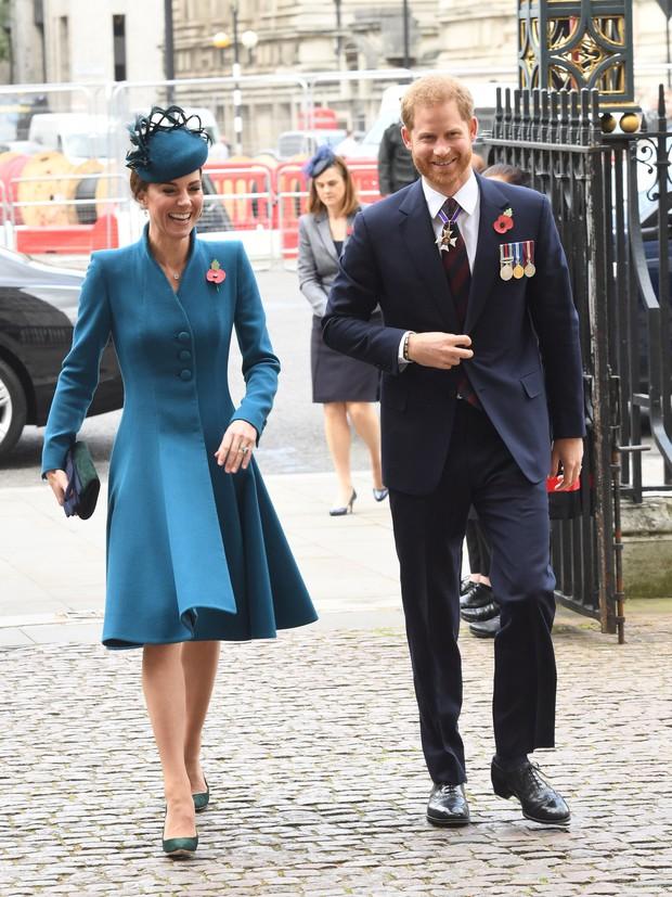 Ngoài khoảnh khắc sánh bước đắt giá bên em chồng, Công nương Kate còn gây ấn tượng với cách mix đồ cực thú vị - Ảnh 1.